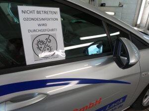 Fahrzeug während Ozonbehandlung