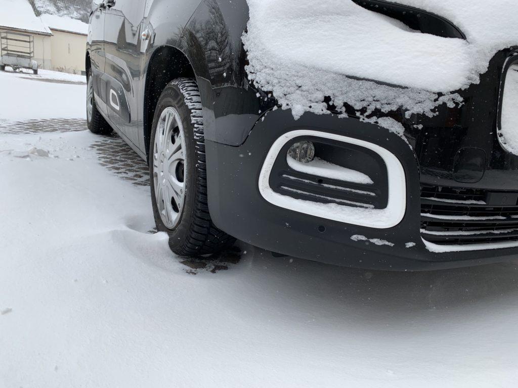 Ein zugeschneites Auto
