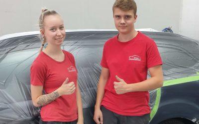 Neu im Team: Lackiererin Alex und Karosserie-Azubi Lucas starteten zum 1.8.