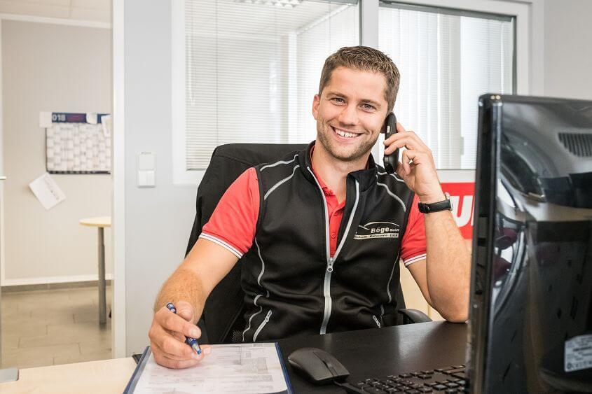 Ein junger Mann telefoniert und lächelt