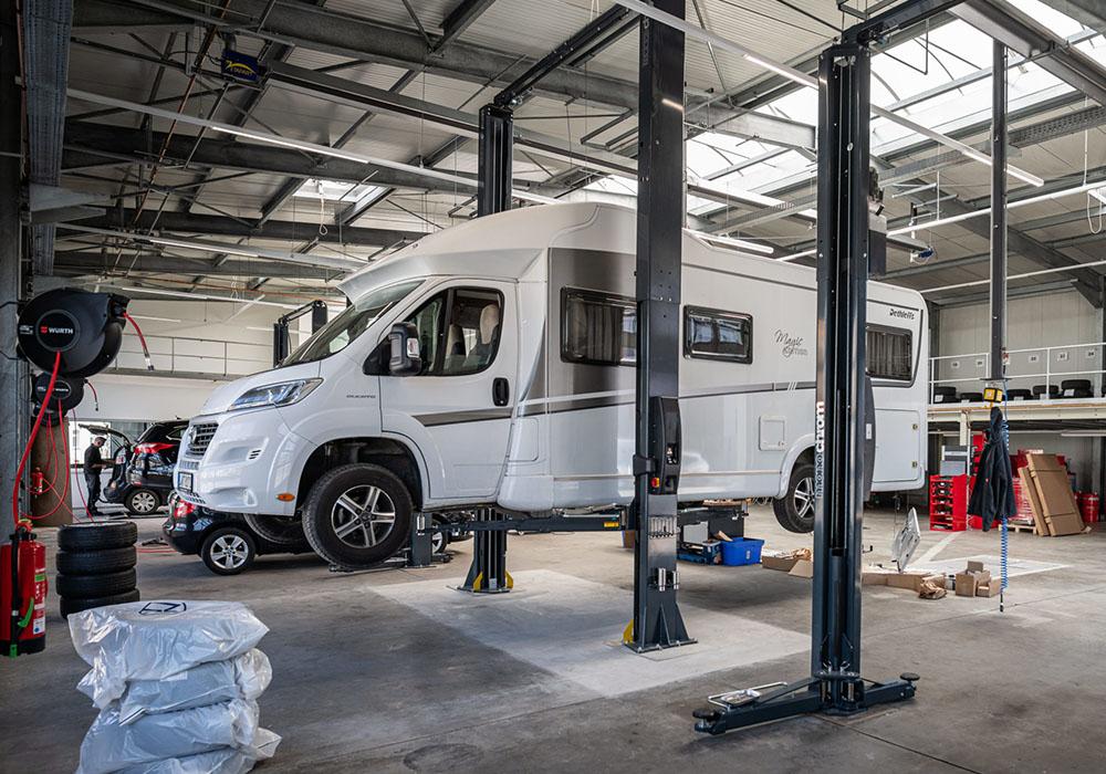 Ein Caravanfahrzeug steht in einer Werkstatt.