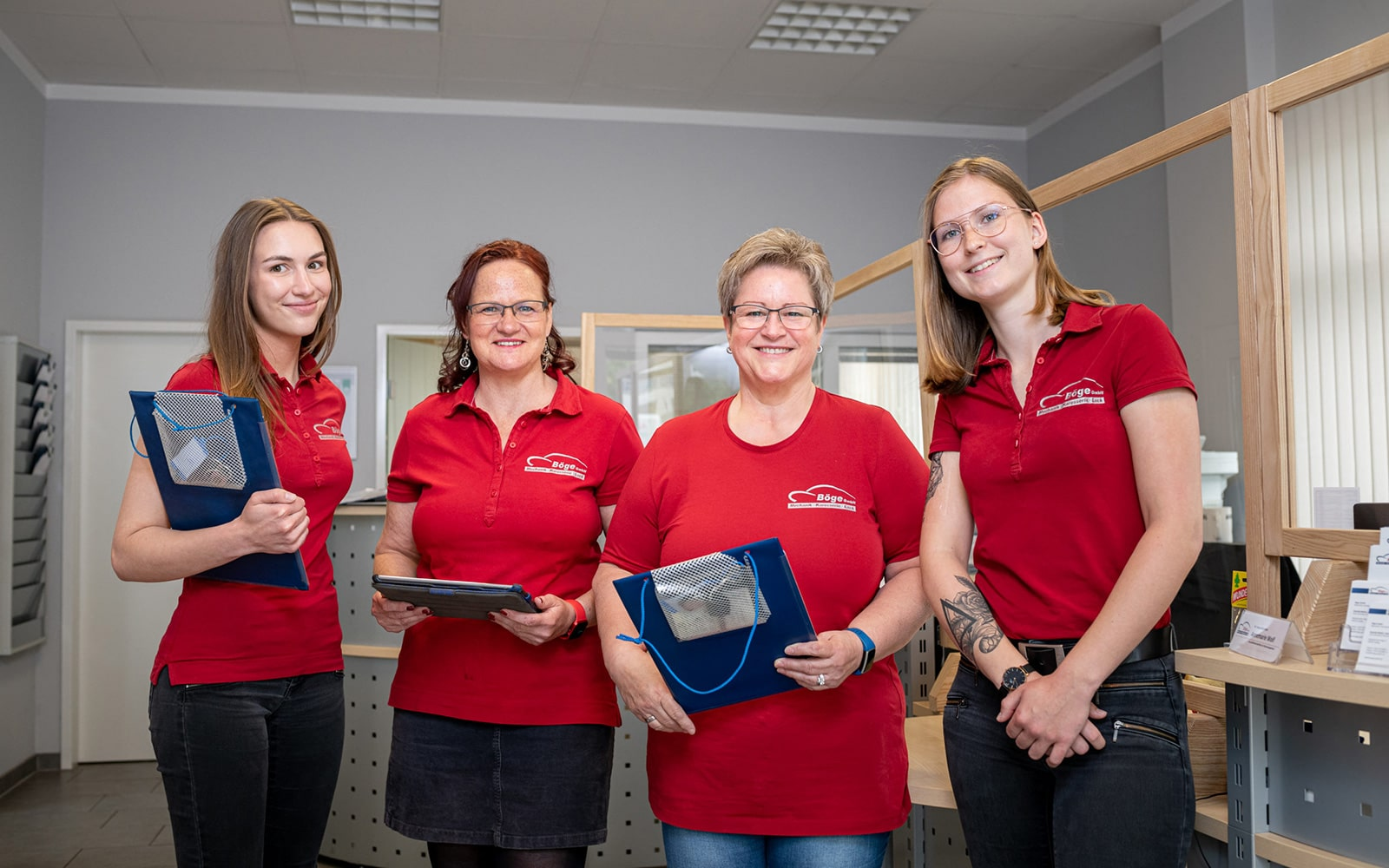 4 junge Frauen im Büro