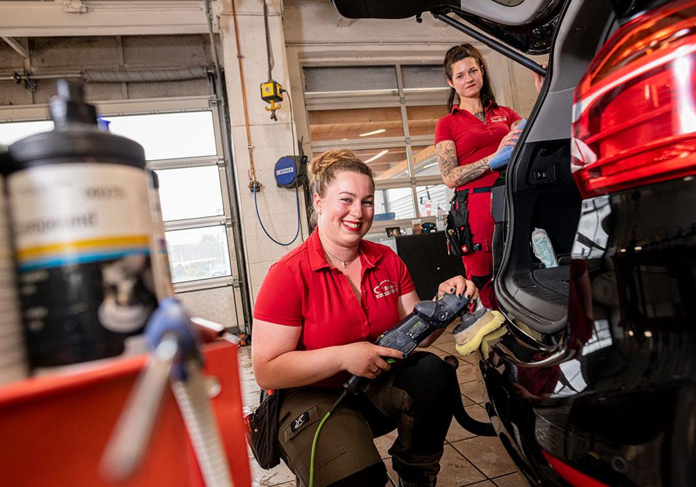 2 Frauen lackieren und Auto.