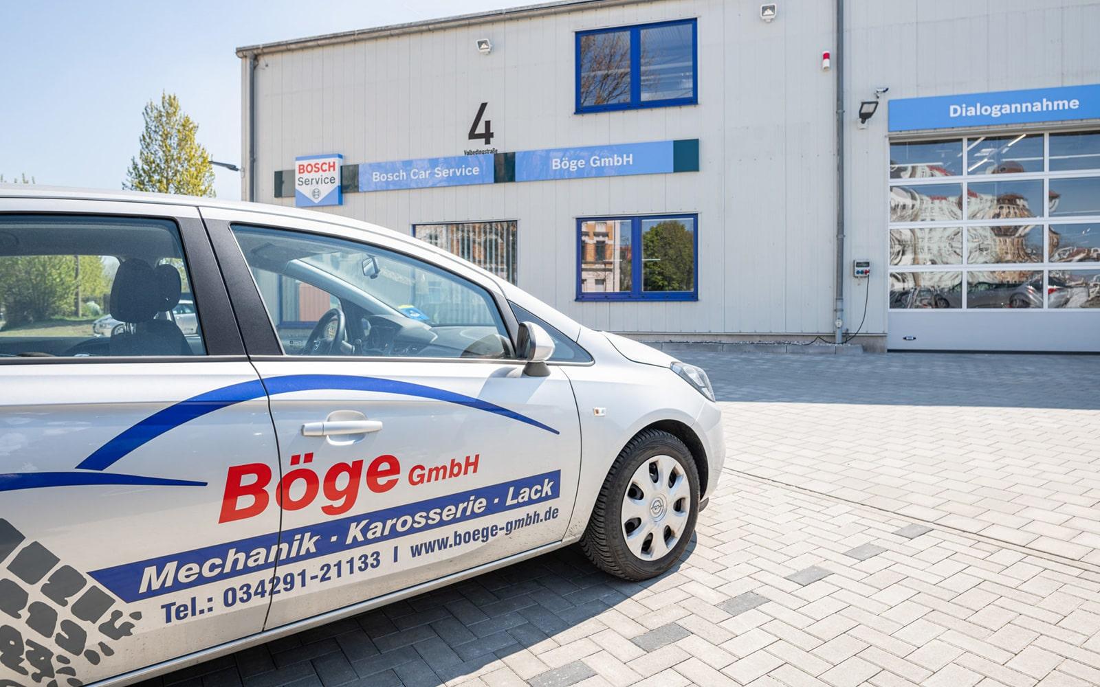 Ein Auto steht auf dem Böge Parkplatz