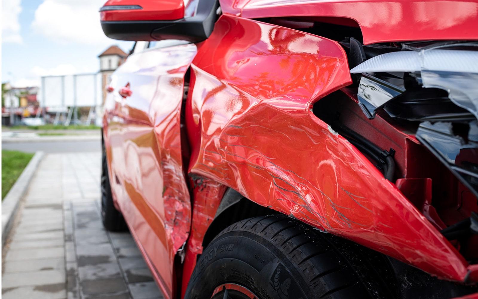 Ein kaputtes rotes Auto