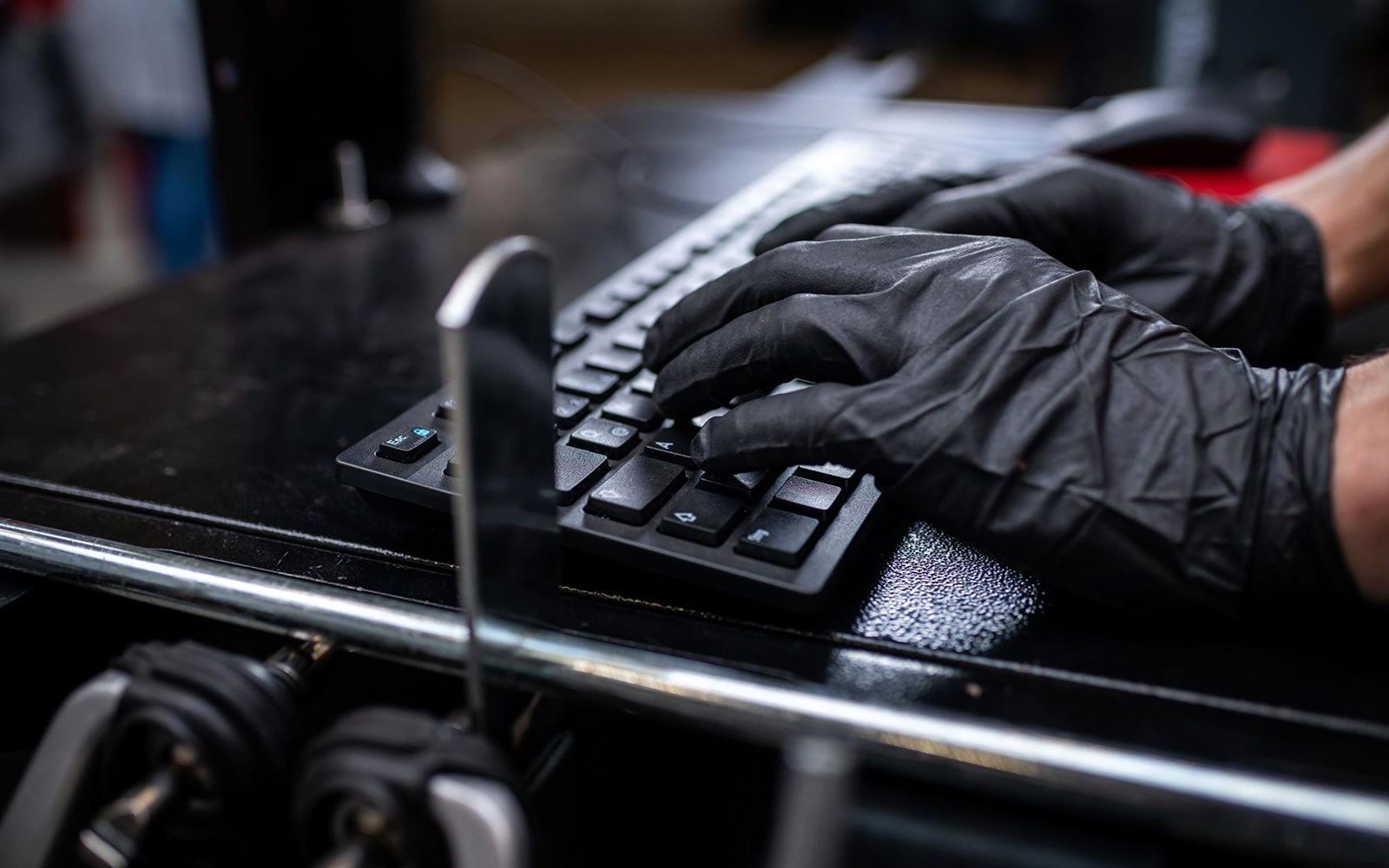 Arbeitende Hände am Computer
