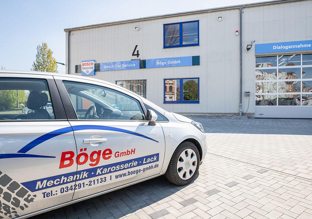 Ein Auto steht vor der Böge GmbH Werkstatt.