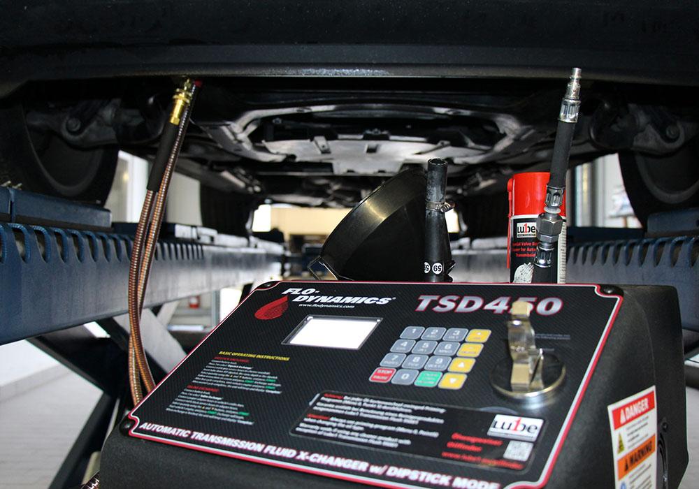 Ein Automatikgetriebeölaustausch wird an einem Auto vorgenommen