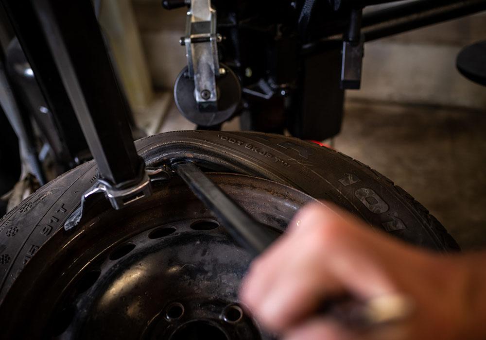 Ein Reifen wird entfernt.