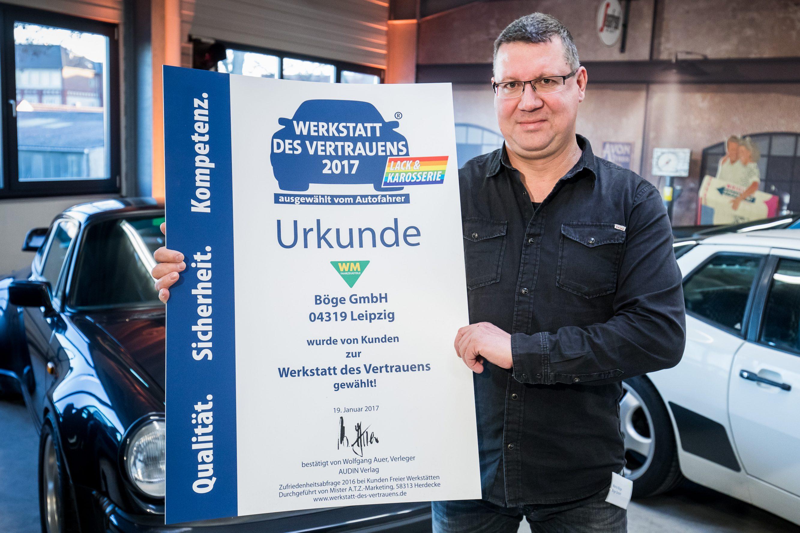 """Marco Böge mit der Ehrenurkunde zur Kundenbefragung """"Werkstatt des Vertrauens"""". Foto: Udo Geisler"""